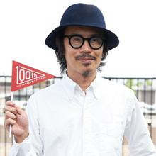 岸田繁氏と立命館100周年フラッグ